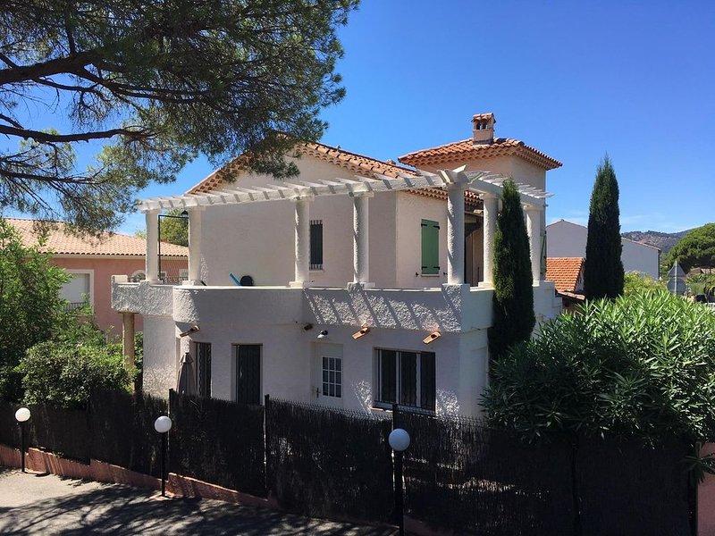 Appartement 2 chambres dans villa de charme, à 50m de la plage / wifi gratuit, holiday rental in Les Issambres