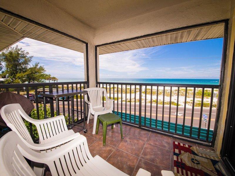 Beach View Retreat - 180-degree Beach/Gulf Views, beach 30 feet away, Bridge Str, holiday rental in Anna Maria Island