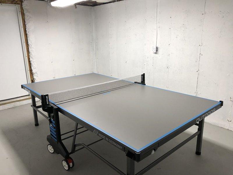 Table de ping-pong dans la partie inachevée du sous-sol