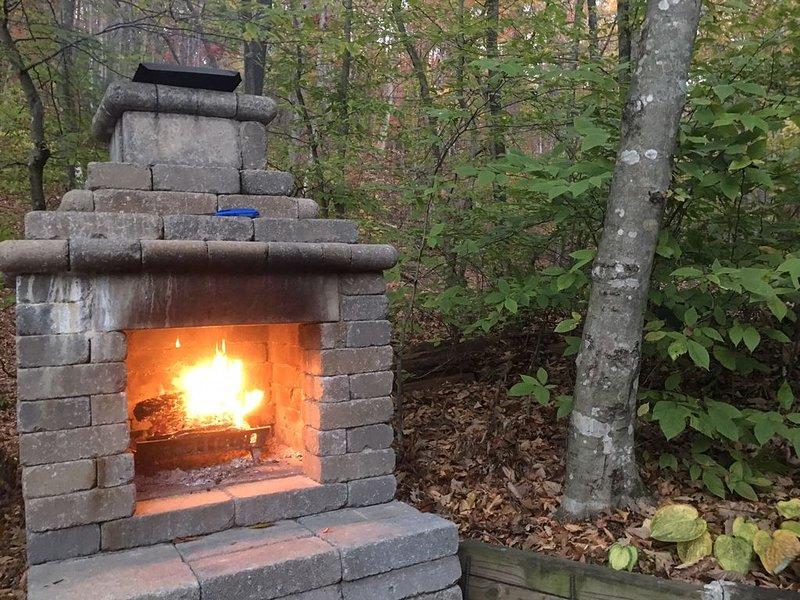 La chimenea al aire libre es un gran lugar de reunión para recapitular las aventuras del día.