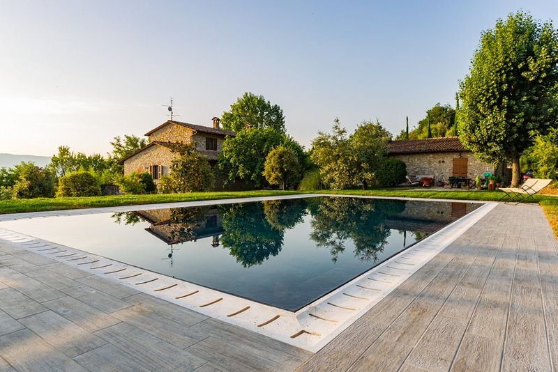 Apartment in villa with pool at walking distance from Todi center, location de vacances à Todi