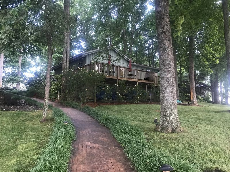 Lake Front Cottage with 300' of Shoreline, Large Pier/Boathouse with great views, vacation rental in Mooresville