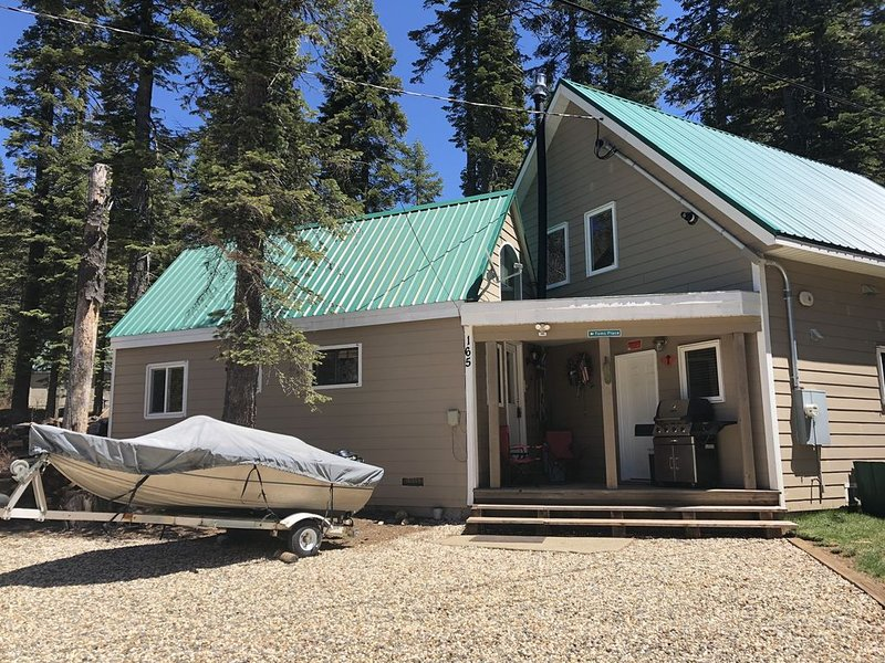 Cozy cabin at beautiful Bucks Lake, across road from lake.  Recently remodeled., holiday rental in Plumas County