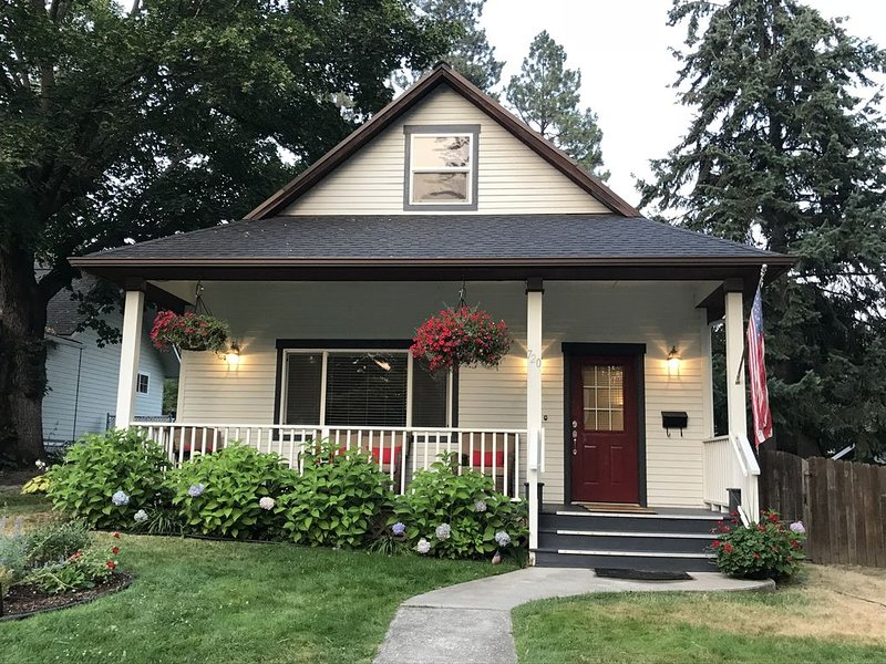 Charming Downtown Cottage  - 3 Blocks to Park & Beach. Save 27% on weekly rental, holiday rental in Coeur d'Alene