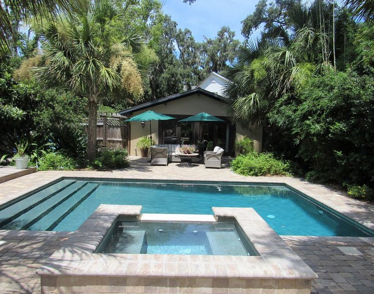 Private French Cottage W/ Garden & Heated Pool/ Spa., aluguéis de temporada em Saint Simons Island