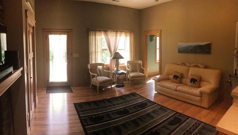 Private, pristine, spacious apartment ideal for your peaceful mountain getaway., alquiler vacacional en Black Mountain