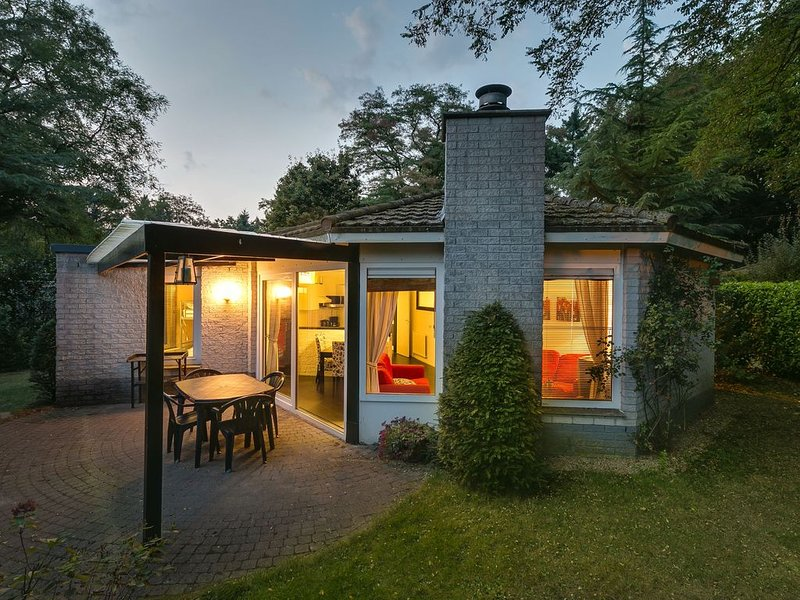 Comfortable bungalow with microwave surrounded by nature, holiday rental in Harderwijk