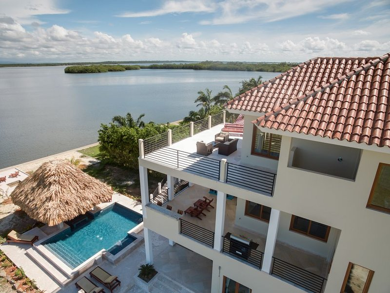 Sunsets over the Lagoon & Mayan Mountains with Laguna Gecko!, aluguéis de temporada em Stann Creek