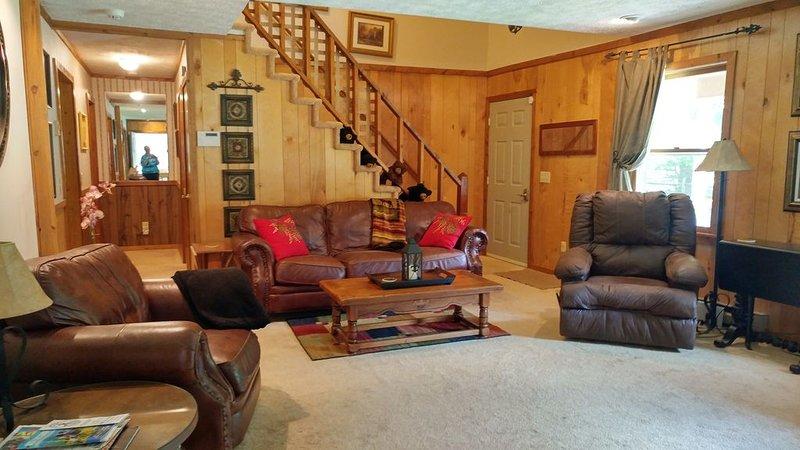 MOUNTAIN HOME 2 MILES TO BOONE ON HOWARDS CREEK, NEAR ASU, TWEETSIE, & SKIING, holiday rental in Boone