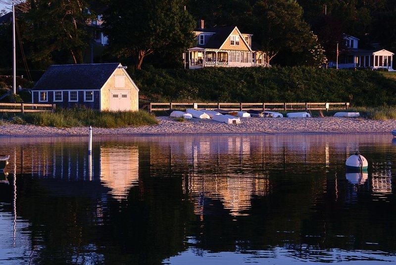 Historic Waterfront Home in Downtown Vineyard Haven, alquiler vacacional en Vineyard Haven