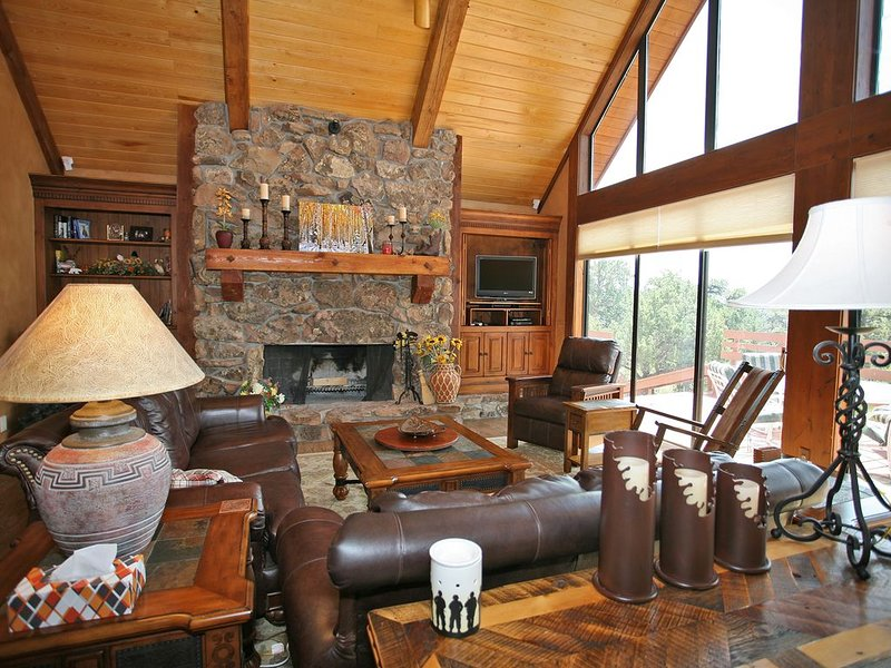Secluded, air-conditioned, mountain home with gorgeous views and 40 acres to ro, location de vacances à Ridgway