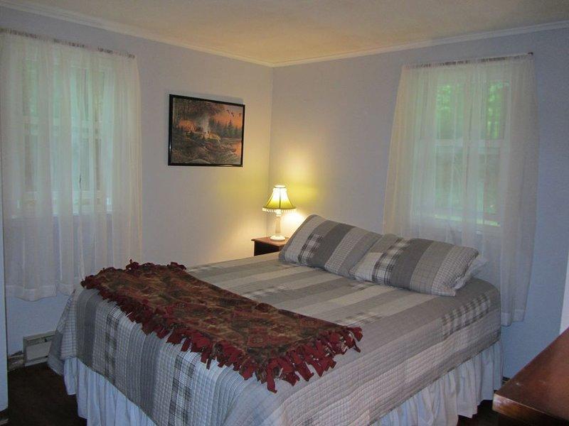chambre à coucher avec lit queen