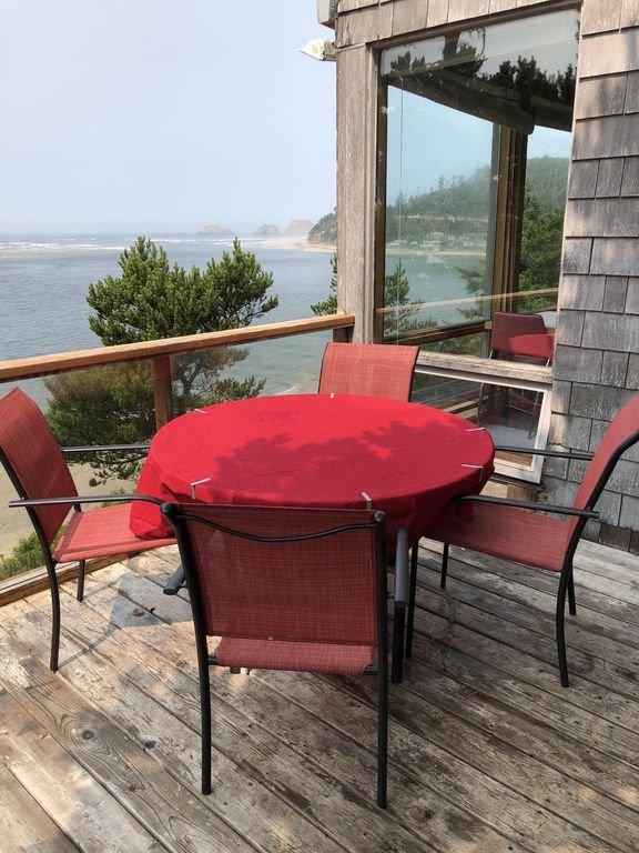 Vue plus récente du pont avec un total de 8 chaises longues et un grand barbecue à gaz