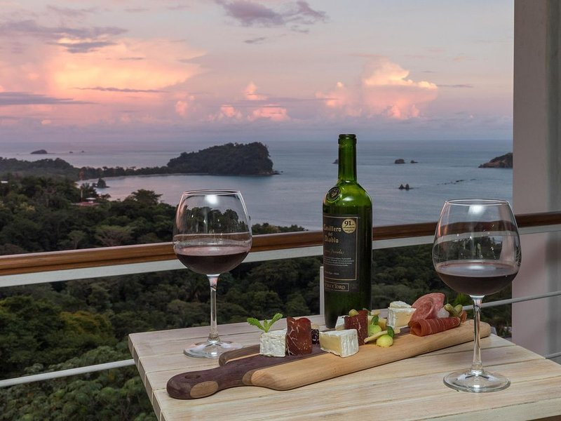 Tropical Oasis with Private Chef & Extraordinary Ocean Views, holiday rental in Quepos