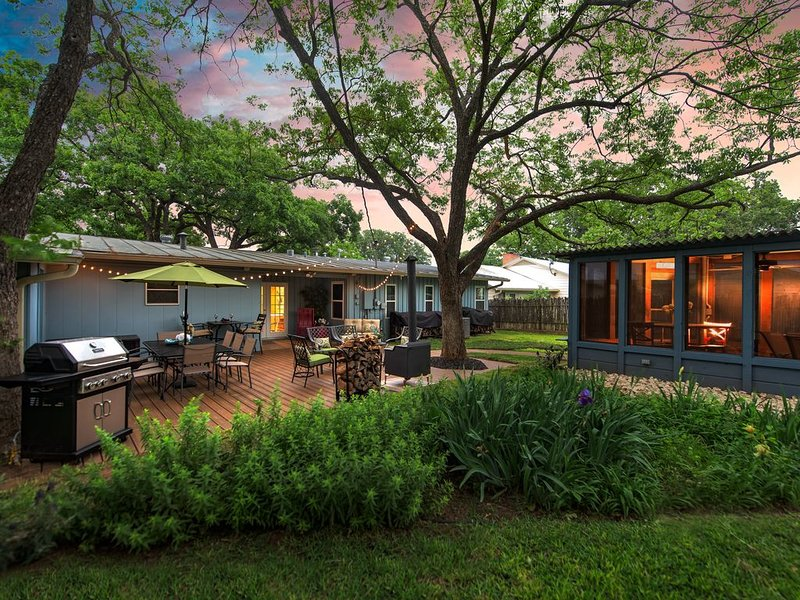 Beautiful, Relaxing Home with fabulous outdoor area with hot tub!!, vacation rental in Fredericksburg