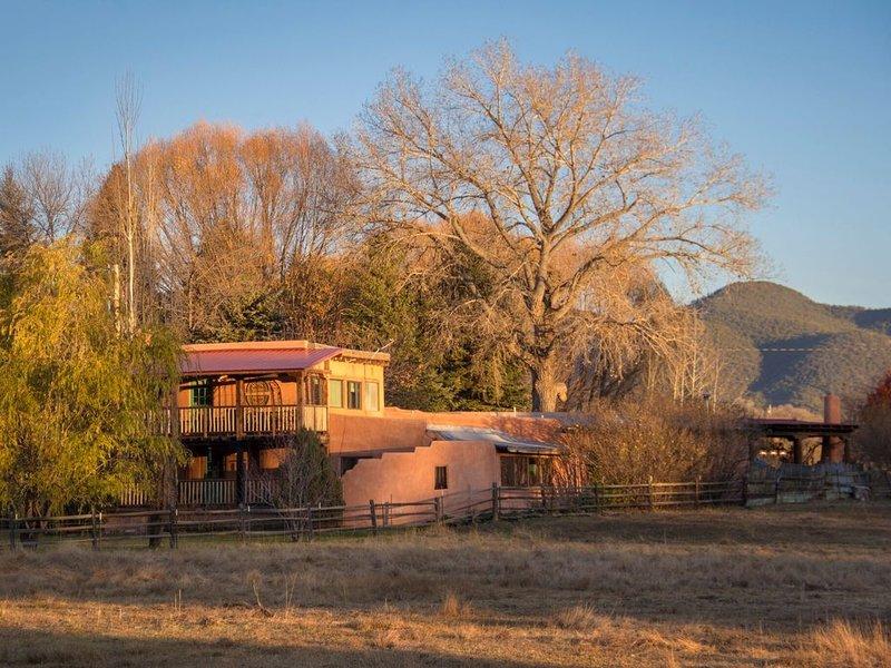 Hacienda Encantada Near Town w/ Mountain Views and Private Setting Hot Tub, holiday rental in Ranchito