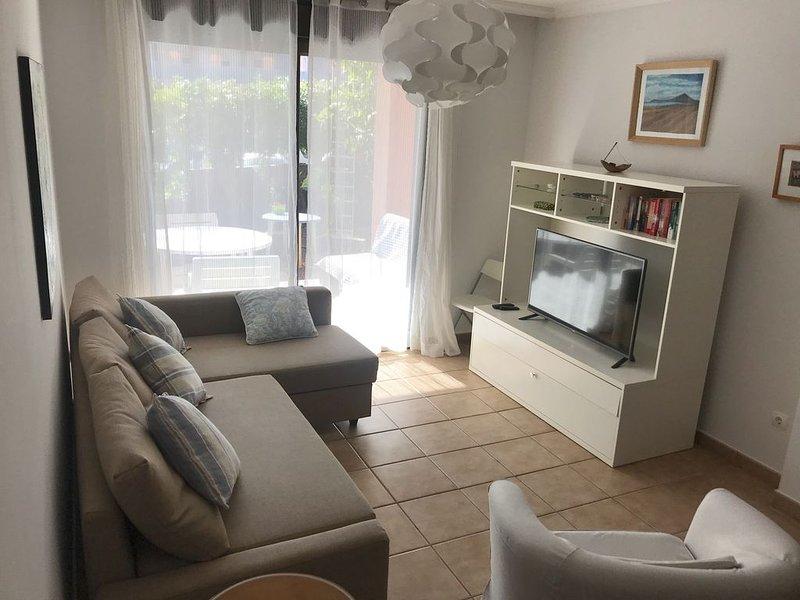 Apartamento en Tenerife, El Médano, junto al mar, piscinas, terraza,jardín,wifi, vacation rental in El Medano