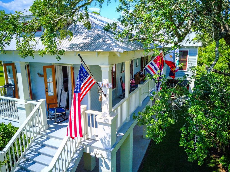 Charming Home with gulf breezes and views from porches, casa vacanza a Bay Saint Louis