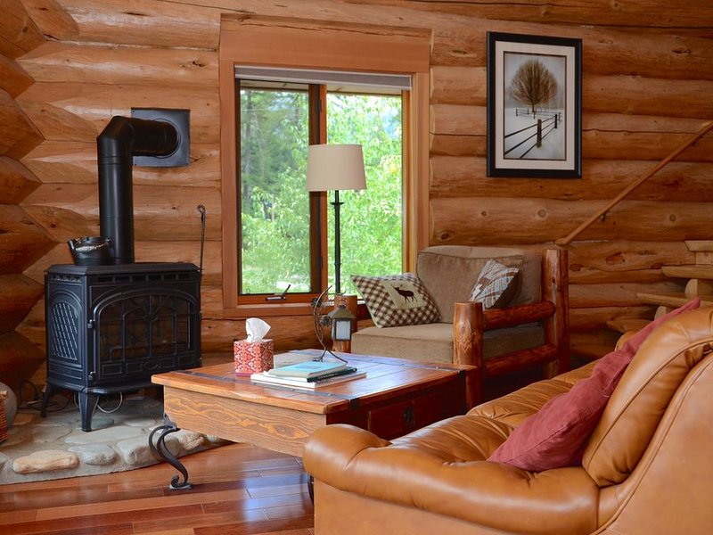 Gorgeous Custom Riverfront Log Home, holiday rental in Mazama
