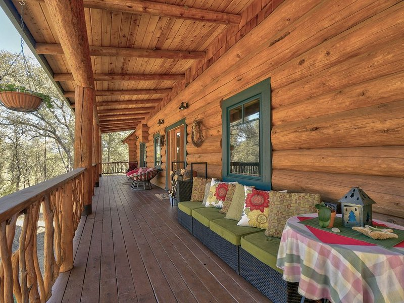 3 Bedroom 2 Bath Log Home on 6 acres with 30 foot ceilings and Creek, vacation rental in Penn Valley
