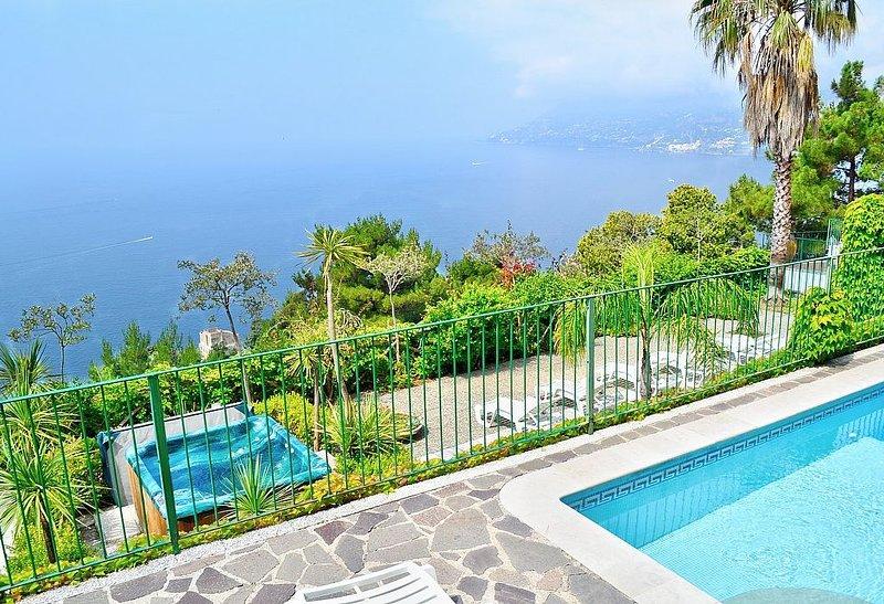Villa Saracena: Una splendida e luminosa villa storica su tre piani rivolta al s, vacation rental in Erchie