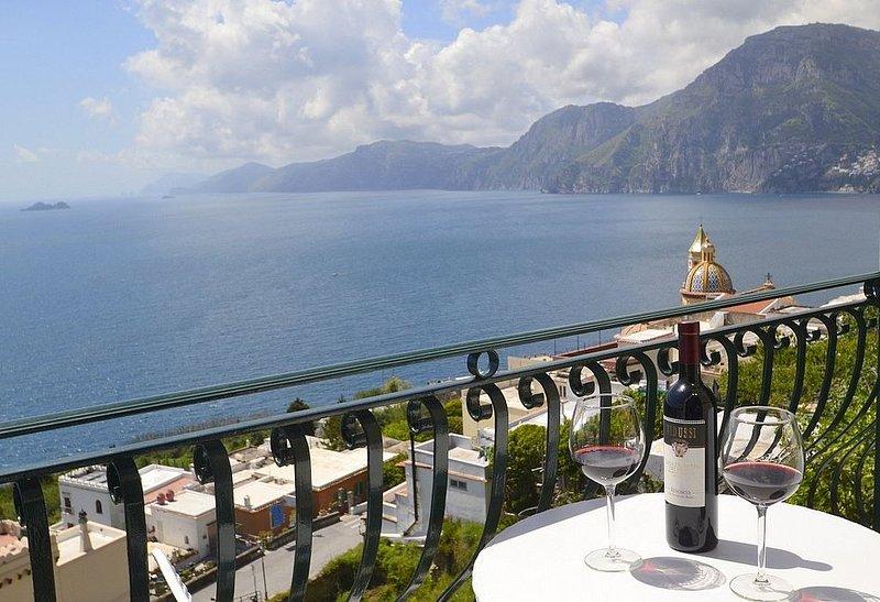 Villa Grecale: Un'incantevole e luminosa villa rivolta al sole e al mare., vacation rental in Praiano