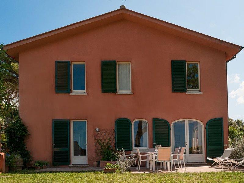 Casa con giardino in posizione tranquilla con splendida vista panoramica, aluguéis de temporada em Portoferraio