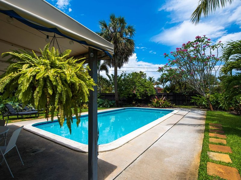 Lush, Private Retreat with Huge Heated Pool!, alquiler de vacaciones en Fort Lauderdale