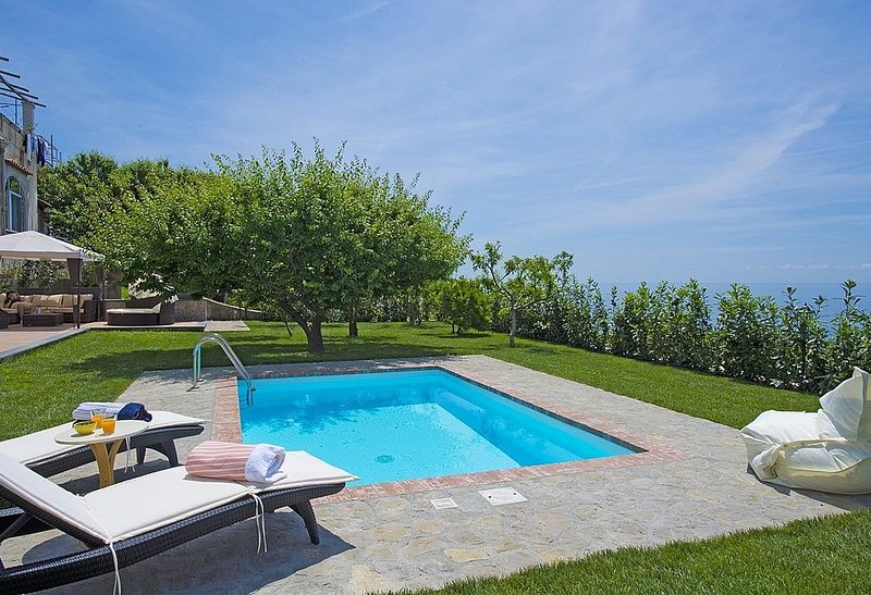 Villa Dorata is a bright and elegant three-story villa built on the sloping cli, vacation rental in Praiano