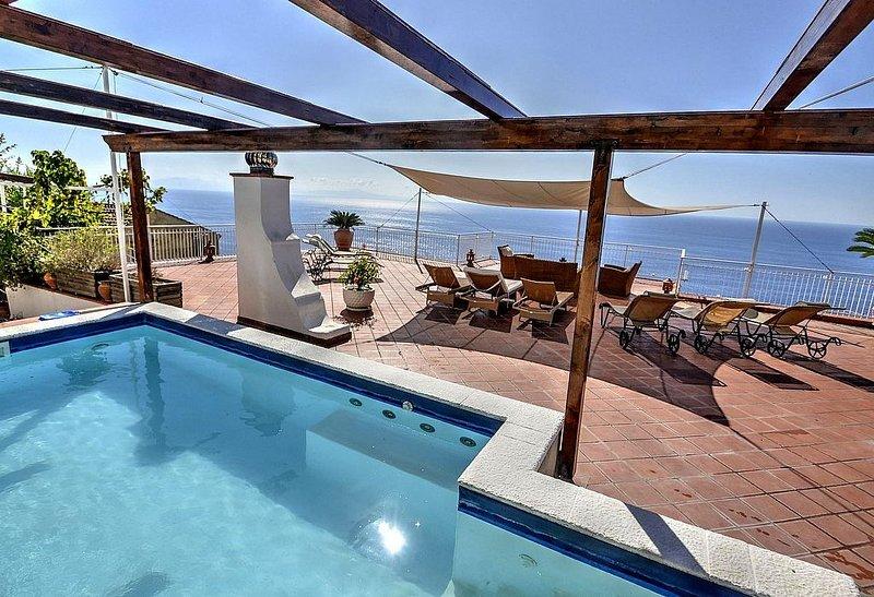Villa Volare: Una splendida villa con il fascino delle tipiche ed antiche case m, vacation rental in Praiano