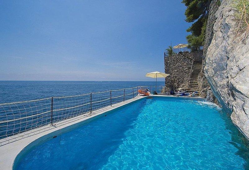 Villa Bice: Una splendida e luminosa villa su due piani costruita a picco sul ma, vacation rental in Conca dei Marini