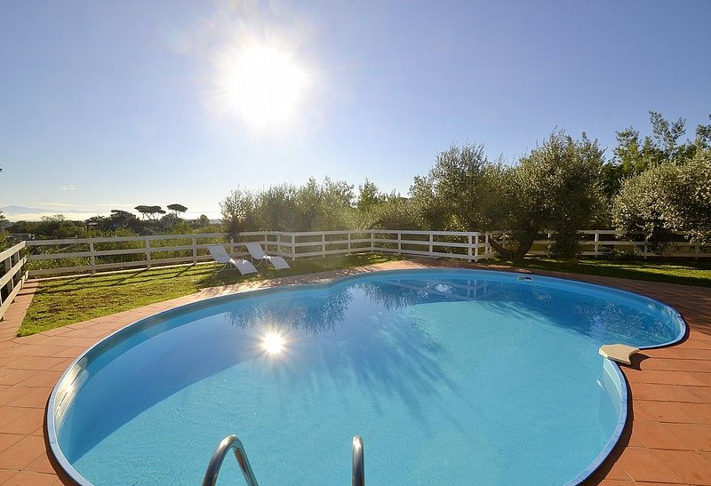 Villa Eos: Un'accogliente villa su due piani circondata dal verde., casa vacanza a Olgiata