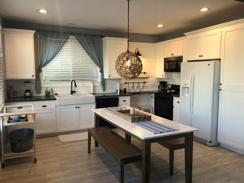 Treasured Gem- 3 HOUSES to BEACH, CLEAN, 2 Car Garage, Pet Friendly, vacation rental in Newport Beach