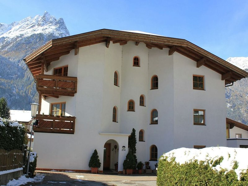 Spacious and comfortable apartment with atmosphere in Langenfeld, holiday rental in Oberlangenfeld