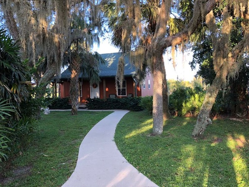 Secluded Cottage On The Golf Course- Indoor Heated Pool For Year-Round Swimming, holiday rental in Fort Ogden
