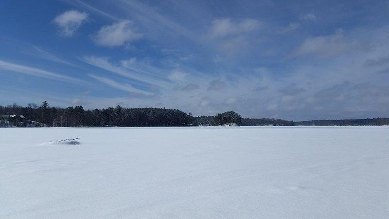 Trilha de snowmobile preparado corta o lago para mais trilhas locais e estaduais.