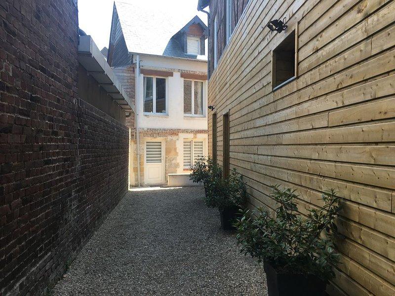 La Lieutenance, 45m2, terrasse, WIFI, Honfleur centre, holiday rental in Honfleur