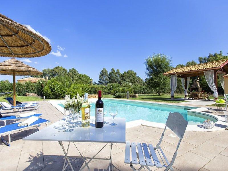 Alghero Villa per 10 persone, con 4 camere, 3 bagni, piscina, campo da tennis, holiday rental in Olmedo