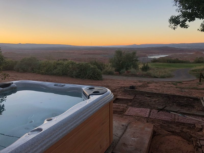 Enjoy the BEST views of Lake Powell*HOT TUB* Large 4 BR/2.5BA on the Golf Course, vacation rental in Big Water