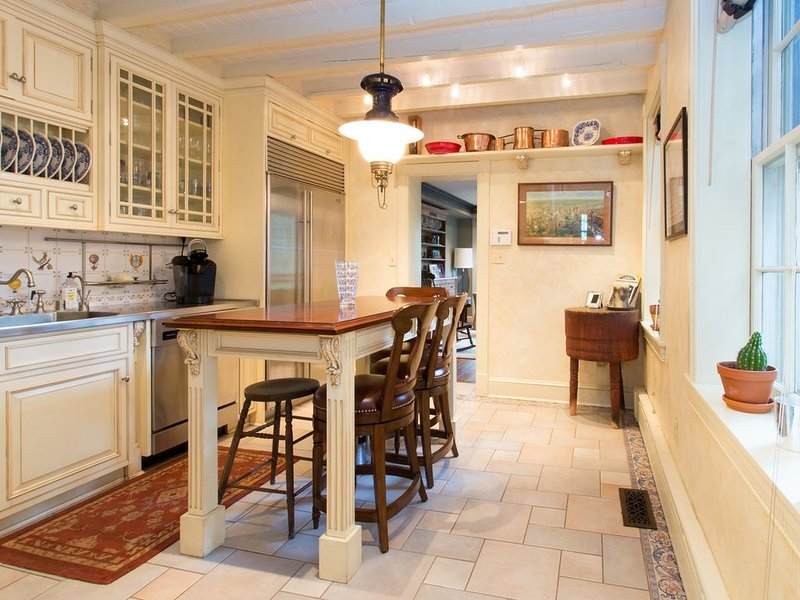 0210 Submariners Gate. Downtown with PARKING! Rich in Naval History!, vacation rental in Annapolis