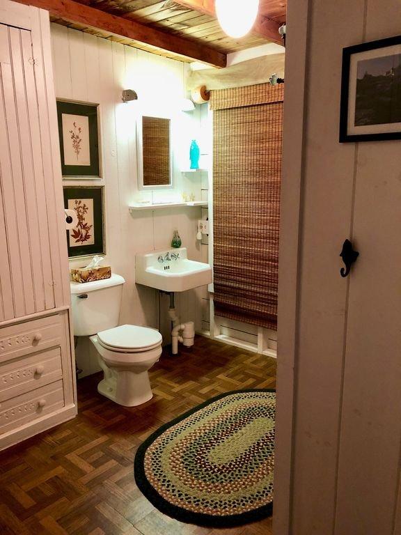 Roomy bathroom with shower/tub