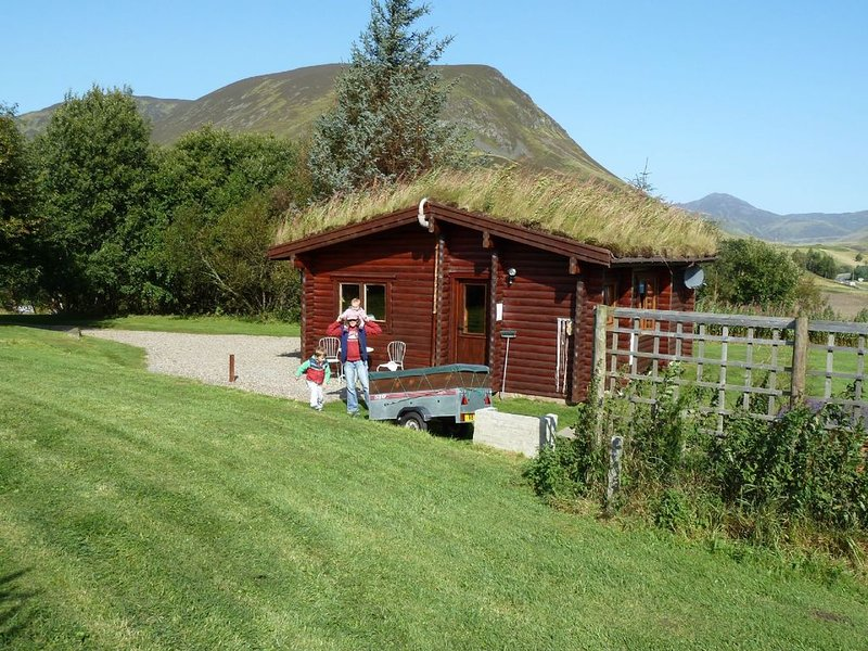 Log Cabin with Hot Tub for 2 | In the Cairngorm National Park | Accepts Dogs, holiday rental in Kirkmichael