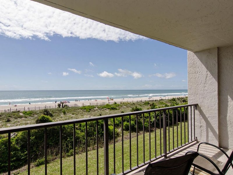 Oceanfront tastefully renovated condo with pool and tennis courts, holiday rental in Wrightsville Beach