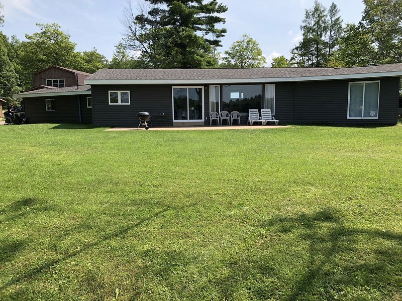 Central location to popular attractions! Close to ATV/Snowmoblie Trails!, holiday rental in Sault Ste. Marie