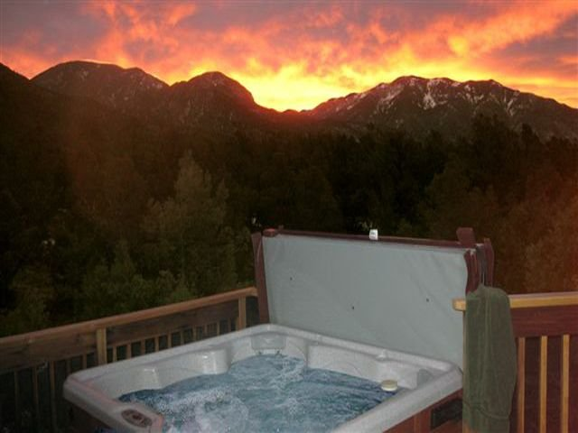 Casa Cielo private wooded setting, Sweeping mountain views Hot Tub-Wifi – semesterbostad i Valdez