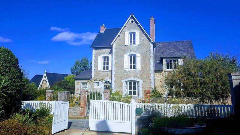 Grande villa  de charme vue sur mer 3 étoiles., holiday rental in Ploubalay