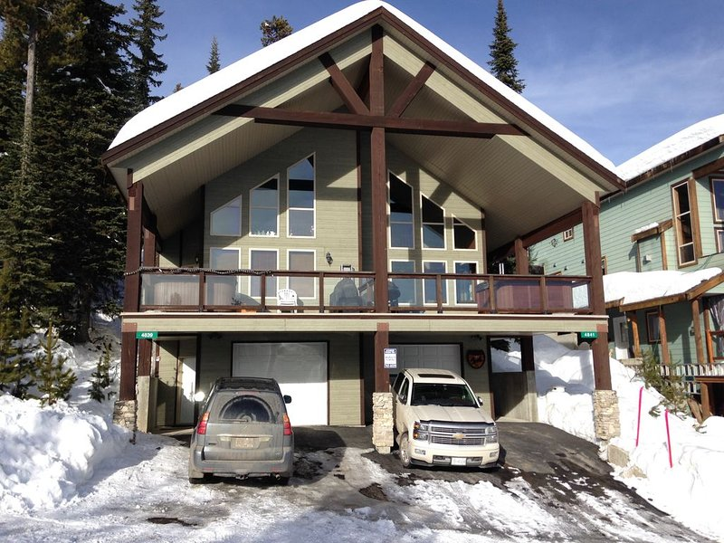 Big White Large Dog Friendly Chalet with Private Hot Tub!, holiday rental in Big White