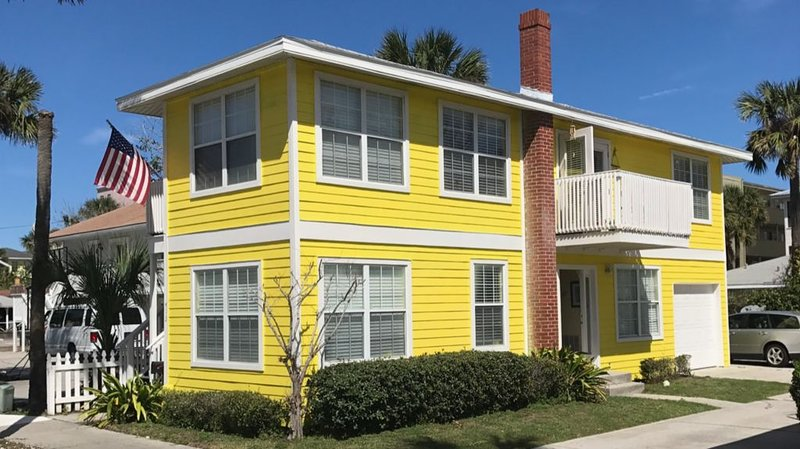 Beautiful and Cozy 2 BR Just Steps From The Ocean!, holiday rental in Jacksonville Beach