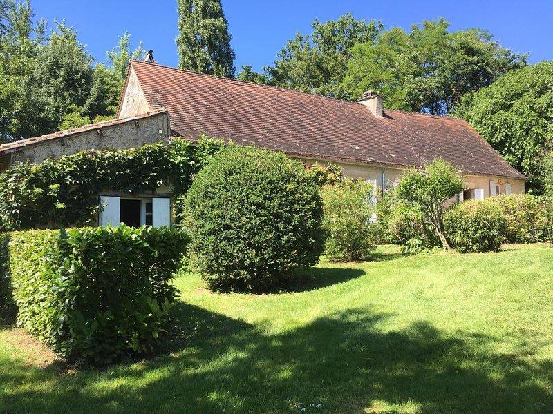 Longere périgourdine avec parc arboré et piscine privée, chauffer et sécurisée, holiday rental in Naussannes