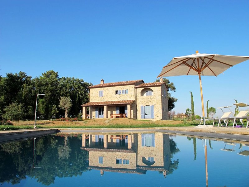 Family Villa in Tuscany, Private Heated Pool, Private Gardens. Perfect Vacation, vacation rental in Castroncello